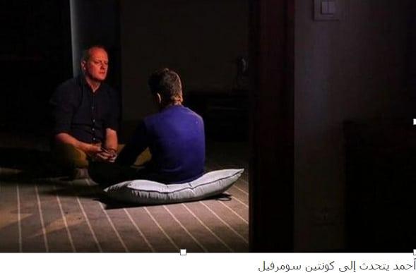أحمد يتحدث مع الصحفي